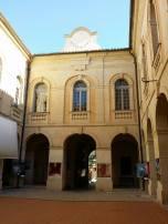 Le grand écran et les bâches qui ornent les piliers de la cour de la mairie